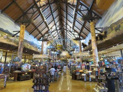 Bass Pro Shop: Central Walkway